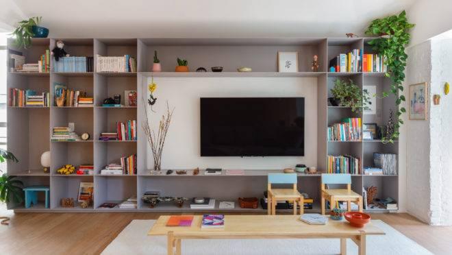 Apartamento Sabá, do Estúdio Bra, destaca estante metálica na sala de estar. Foto: Maura Mello