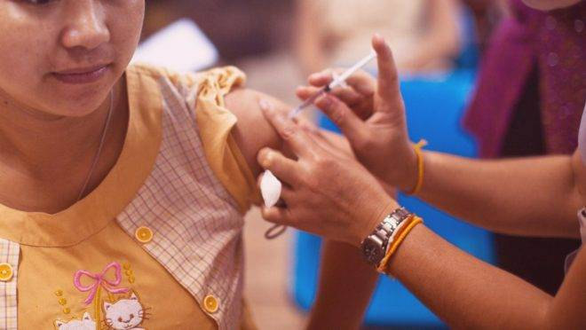 Tanto a vacina da AstraZeneca / Universidade de Oxford quanto a Coronavac, da Sinovac, poderão ter a eficácia testada ainda em 2020.