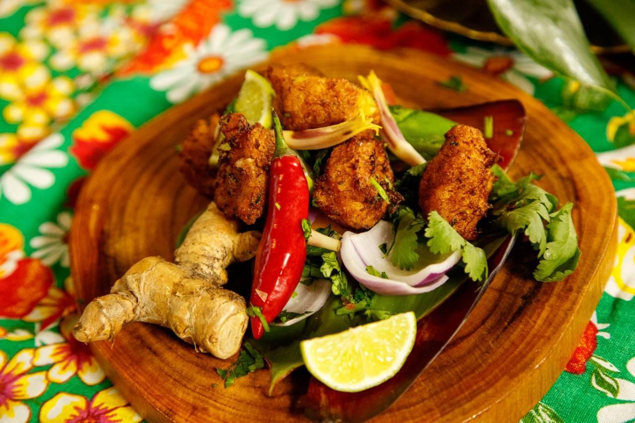 Bolinho de siri amarelo azul da chef Joy Perini. Foto: Pablo Contreras/Divulgação