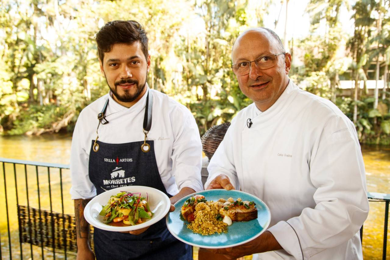 Chef Lênin Palhano com suas criações, ao lado do curador do evento, chef Celso Freire. Foto: Pablo Contreras