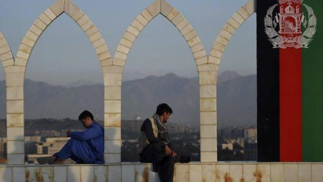 Homens descansam em mirante de Cabul, capital do Afeganistão.