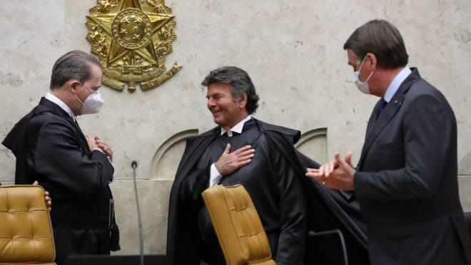 Ministro Luiz Fux assina livro de posse como presidente do STF no biênio 2020-2022.