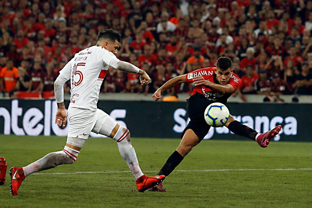 Bruno Guimarães acerta um chutaço no ângulo do Internacional.