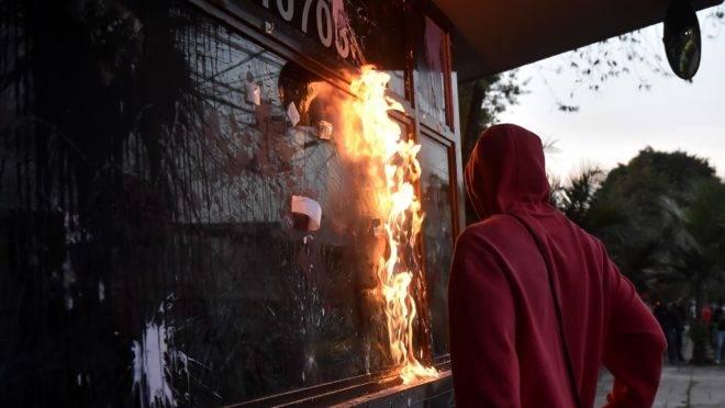 Manifestantes destroem cabine policial em Bogotá, na Colômbia. Foto de 10 de setembro de 2020.