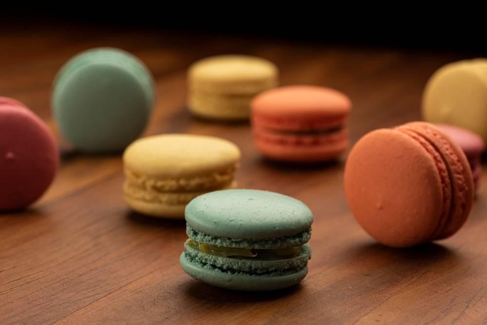 Os macarons, feitos com receita típica parisiense, da Guérios Patisserie, têm<br />casquinha crocante por fora e macia por dentro. Foto: Fernando Zequinão