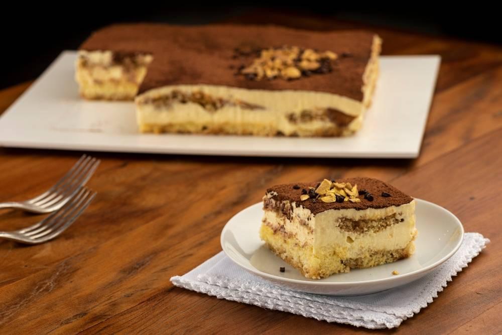 """O tiramisù pode ser considerado o """"rei dos doces"""" italianos: traz bolachas, queijo mascarpone e calda de café."""