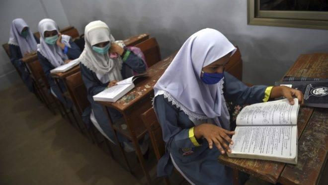 Estudantes paquistaneses na volta às aulas, nesta terça-feira, 15 de setembro.