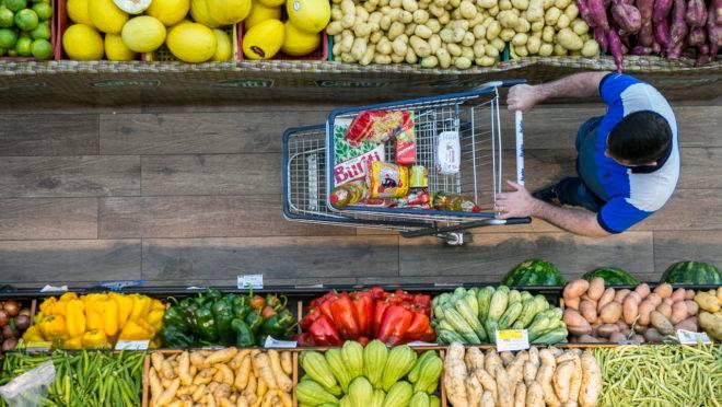 Preços dos alimentos em alta motivam debates no Congresso, mas parlamentares pouco podem fazer para conter essa inflação.