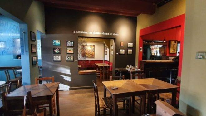 Tradicional bar em Curitiba fecha na pandemia e é colocado à venda.