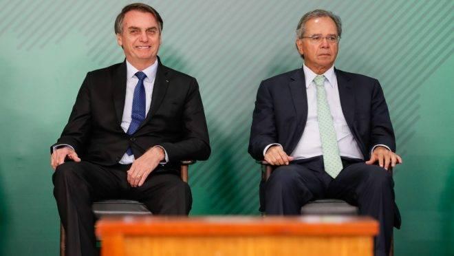 O presidente Jair Bolsonaro e o ministro da Economia, Paulo Guedes, durante cerimônia no Palácio do Planalto.