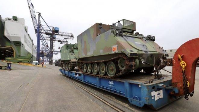 Tanques doados pelos EUA chegam ao Brasil pelo Porto de Paranaguá.