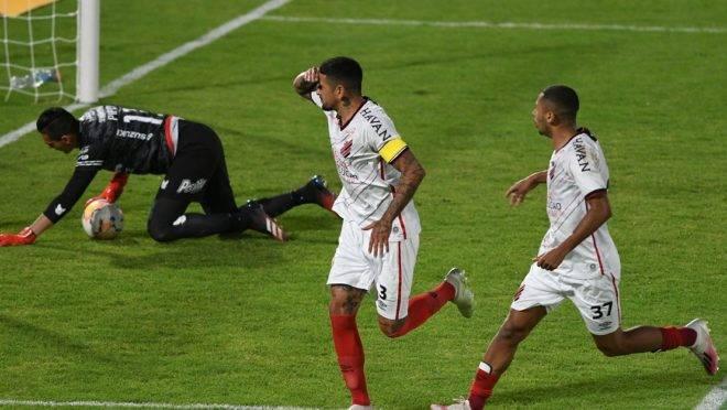 Lucho marcou o primeiro gol do Furacão