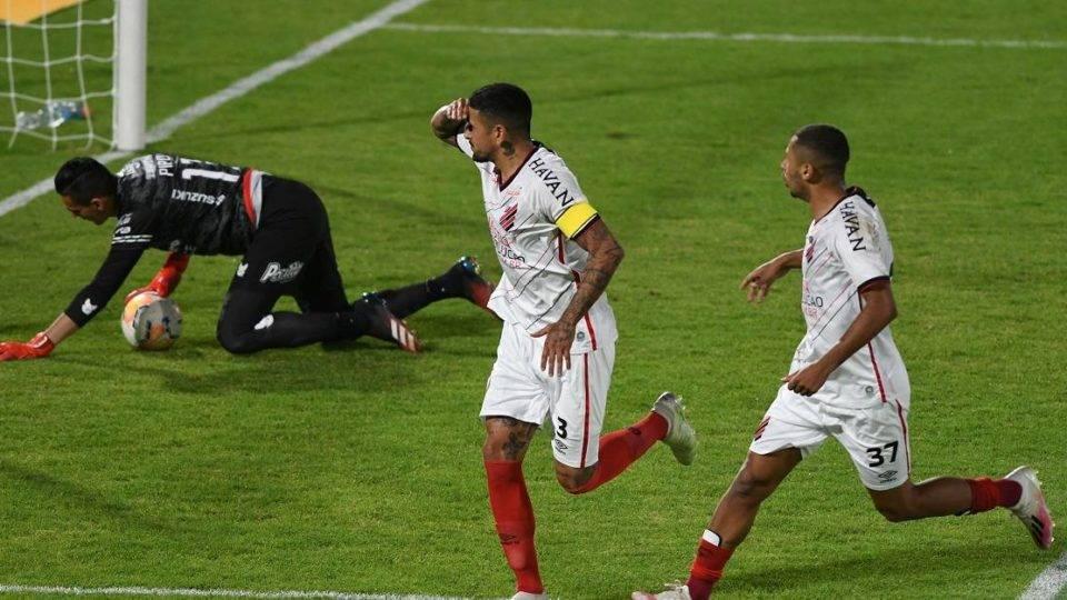 """Athletico vence, Barros ganha moral e Walter é a """"cereja do bolo"""""""