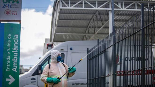 Equipes da limpeza pública auxiliam na limpeza urbana higienizando upas e hospitais. Curitiba, 25/03/2020. Foto: Pedro Ribas/SMCS