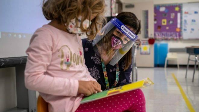 Professora auxilia aluna em escola do Connecticut, nos EUA.