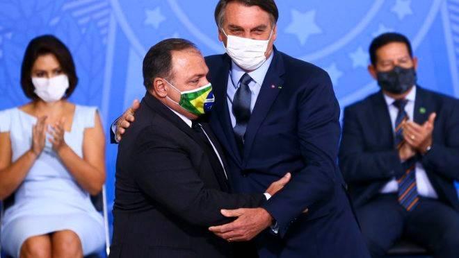 O presidente Jair Bolsonaro dá posse ao ministro da Saúde, Eduardo Pazuello, no Palácio do Planalto.