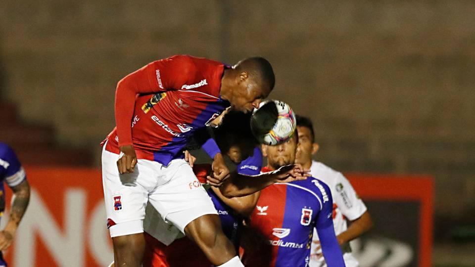 """Zagueiro """"gigante"""" recebe elogios e ganha espaço no Paraná"""