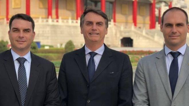 Flávio, Jair e Eduardo Bolsonaro. Pai e filho podem ser alvo de investigação por um mesmo crime: as rachadinhas.