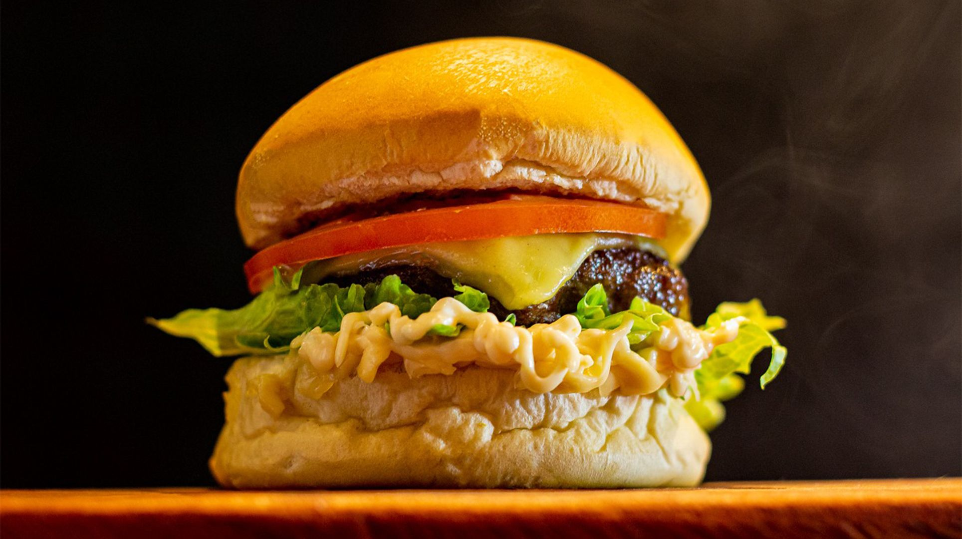 Pão brioche, maionese especial, alface americana, burger de angus - 160 g antes de ir para a grelha -, tomate chapeado e queijo mussarela