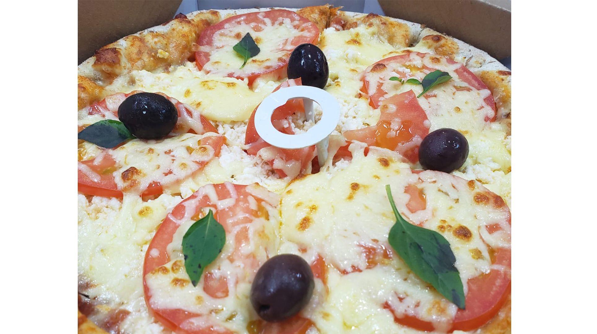 Molho de tomate, mussarela, tomate fresco, manjericão, polvilho com parmesão ralado, orégano e azeitonas