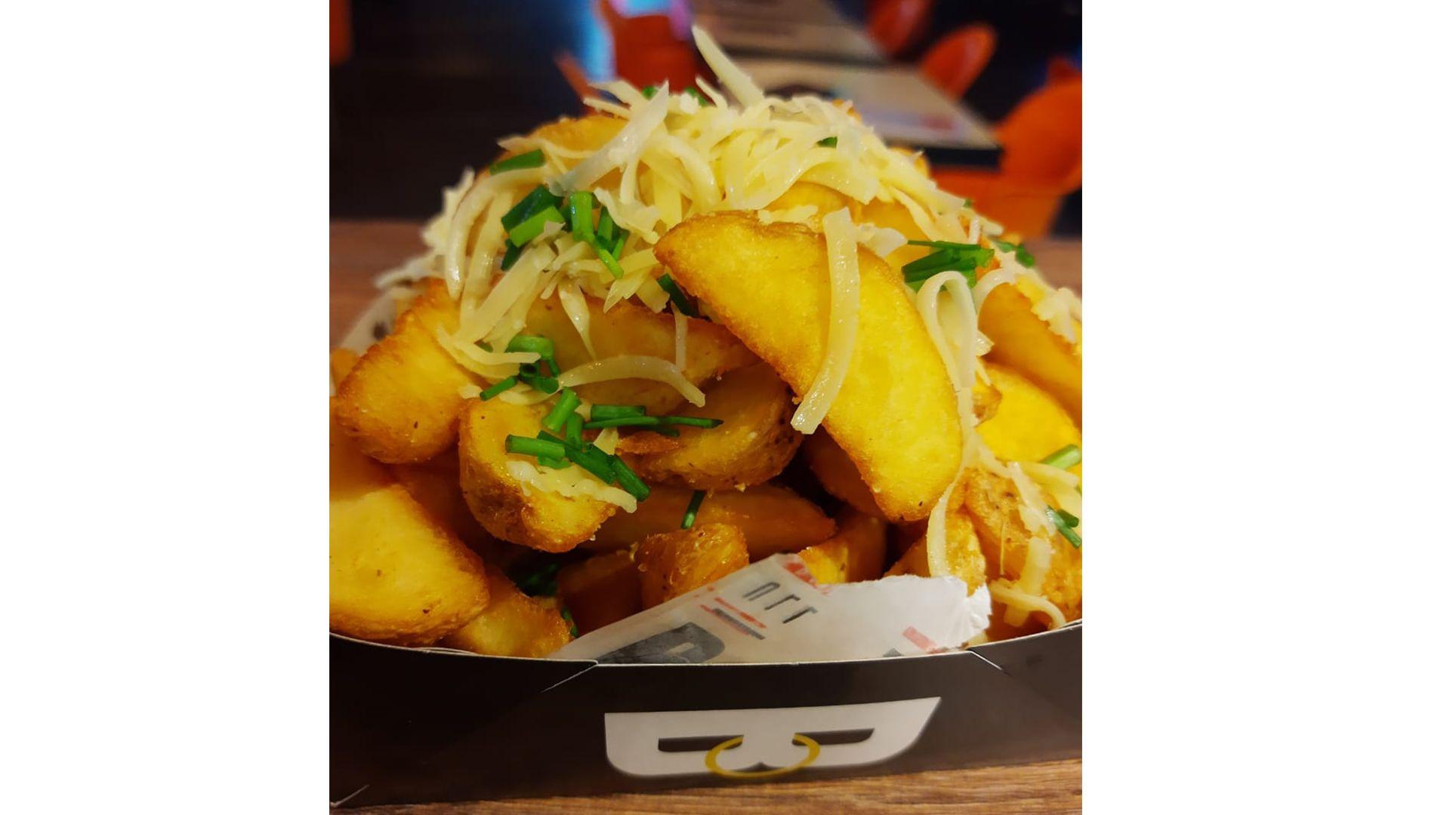 Porção de 500g de batata frita com queijo parmesão e cheiro verde