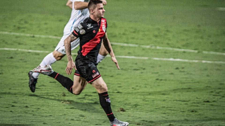 Athletico faz proposta por destaque do Atlético-GO, mas tem futuro indefinido