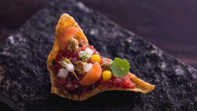 Carne crua, mostarda e gema, por chef Igor Marquesini, do restaurante Igor.