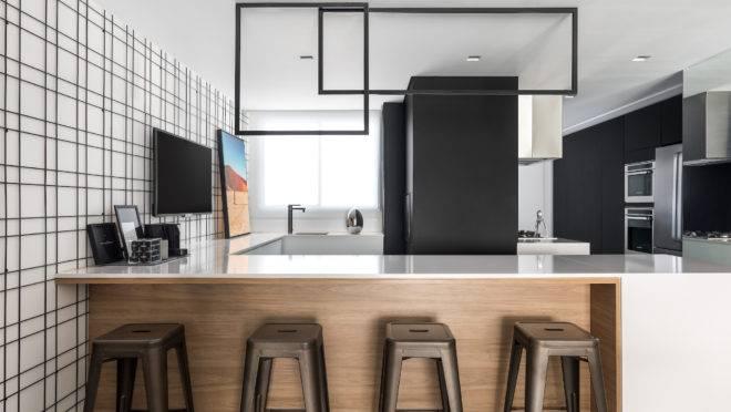 Projeto da cozinha, assinado pela Unic  Arquitetura, traz Dekton entre os acabamentos. Foto: Eduardo Macarios/Unic Arquitetura