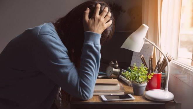"""Trabalhar de casa pode ter benefícios, mas estar """"disponível"""" o tempo todo pode prejudicar a saúde."""