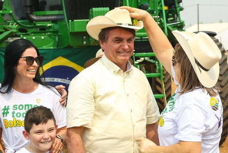 """""""Vocês não entraram na conversa mole do fica em casa"""", diz Bolsonaro em MT"""