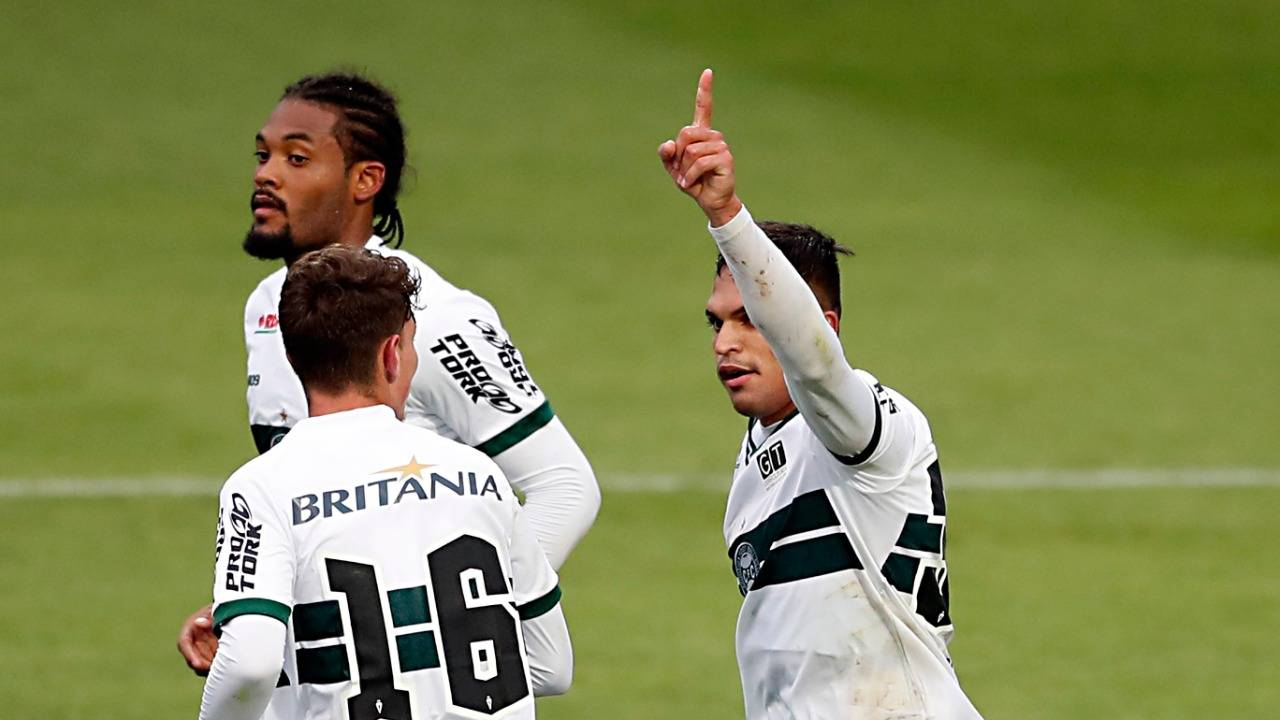 Robson comemora o gol na vitória do Coritiba. Foto: Albari Rosa/ Foto Digital/ Gazeta do Povo