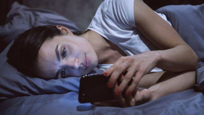 "A tecnologia que ""nos invade"" nos deixa em estado de alerta constante, o que pode afetar o descanso e agravar as crises de ansiedade."