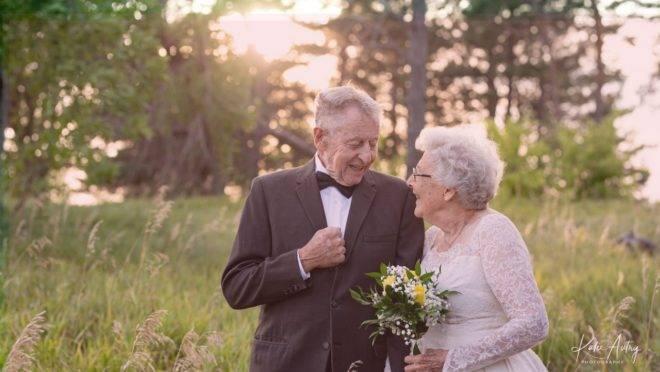 Os norte-americanos Marvin e Lucille Stone usaram os trajes originais de seu casamento, realizado em 1960, para festejar as Bodas de Diamante em 2020.