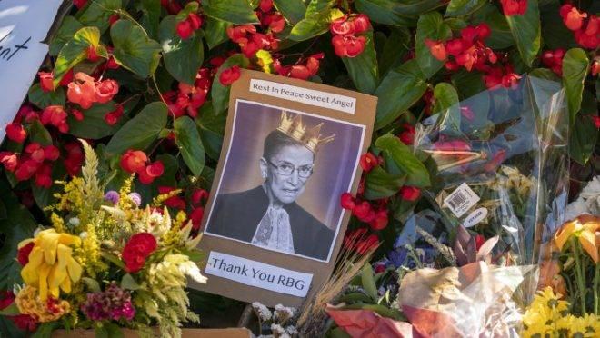 Nos arredores da sede da Suprema Corte dos EUA, dmiradores deixam flores e mensagens em homenagem à juíza Ruth Bader Ginsburg, que morreu no dia 18 de setembro de 2020, aos 87 anos.