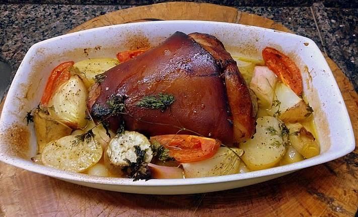 O joelho de porco, curado e defumado, que só foi finalizado em casa, com legumes.