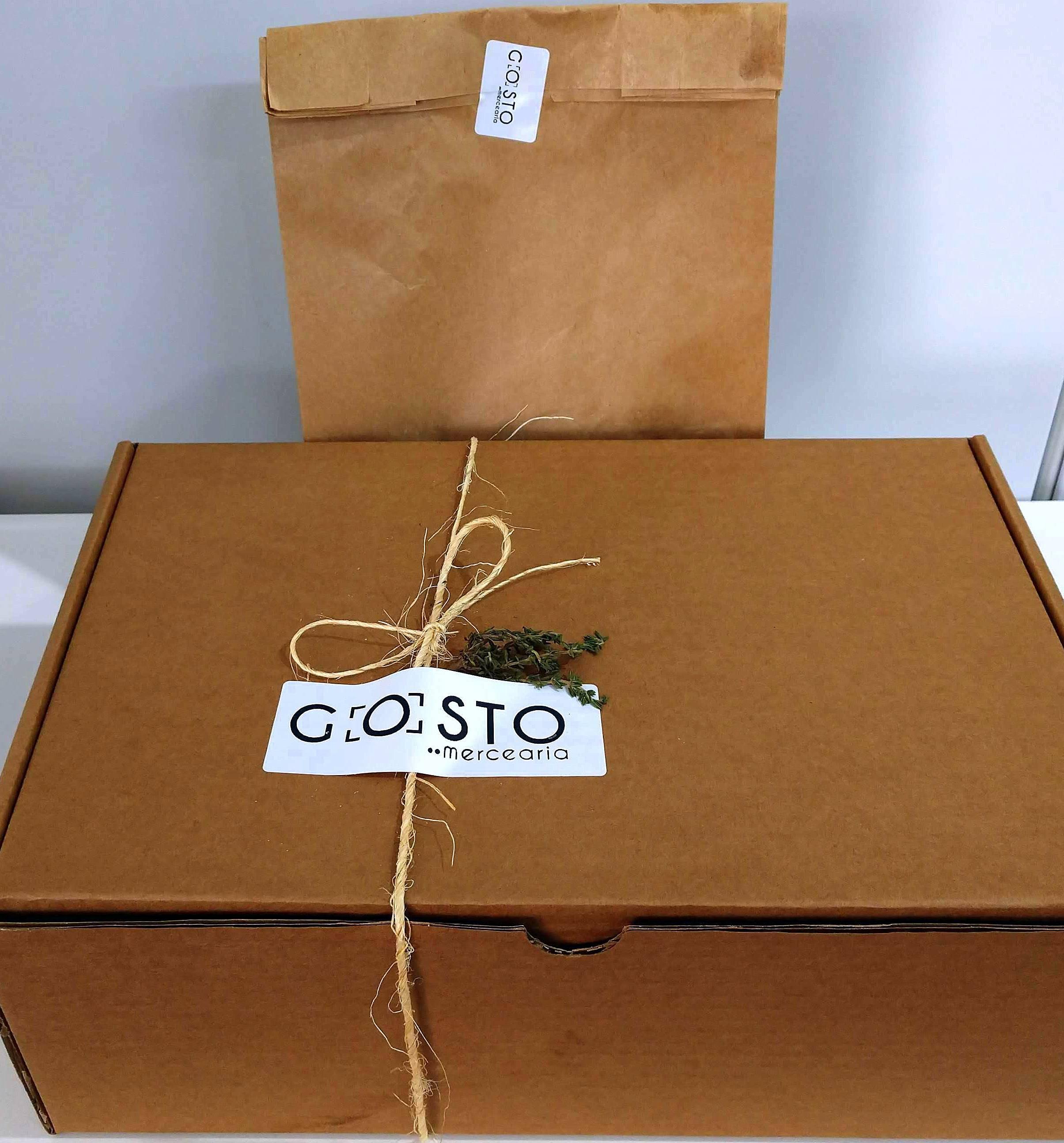 A caixa personalizada, com os produtos da mercearia.