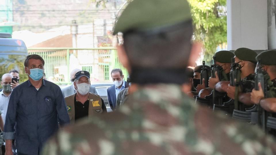 Reajuste, orçamento preservado, reformas: o tratamento especial do governo aos militares