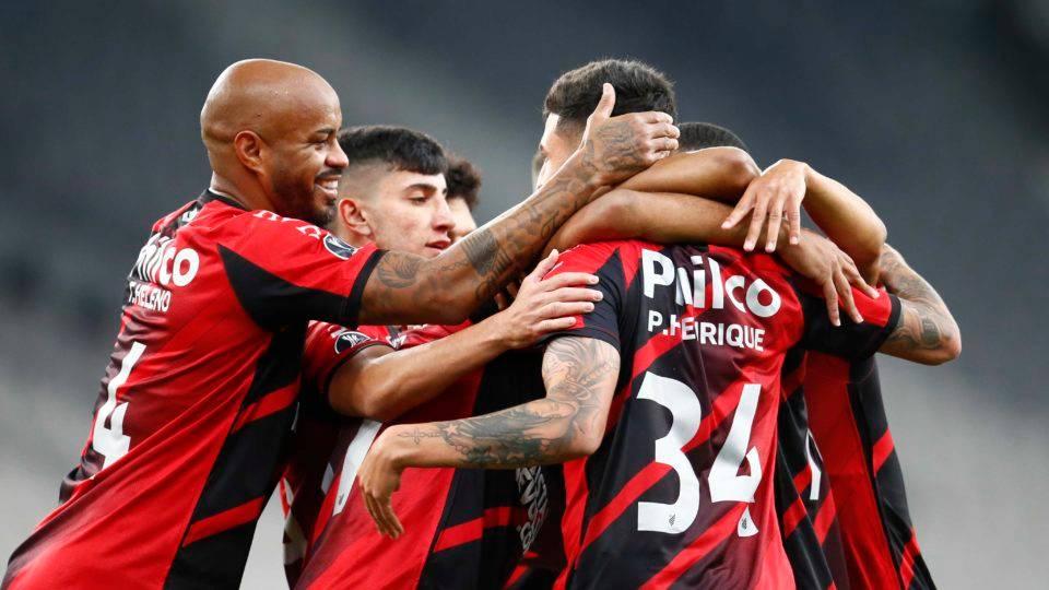 Athletico bate Colo-Colo com dois gols contra e assume a liderança isolada