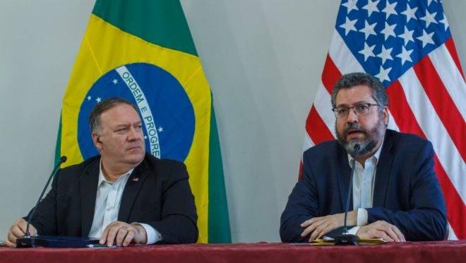 Secretário de Estado dos EUA, Mike Pompeo, e o chanceler do Brasil Ernesto Araújo, durante a vista do americano a Roraima, na sexta-feira (18): ato de campanha para a Trump ou visita diplomática?