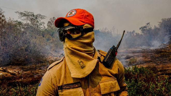 Bombeiro do Mato Grosso em ação de combate às queimadas no Pantanal