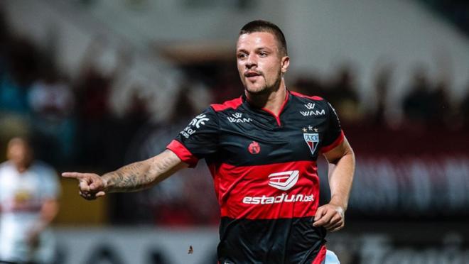 """Renato Kayzer chega ao Athletico com a missão de """"agarrar"""" a camisa 9"""