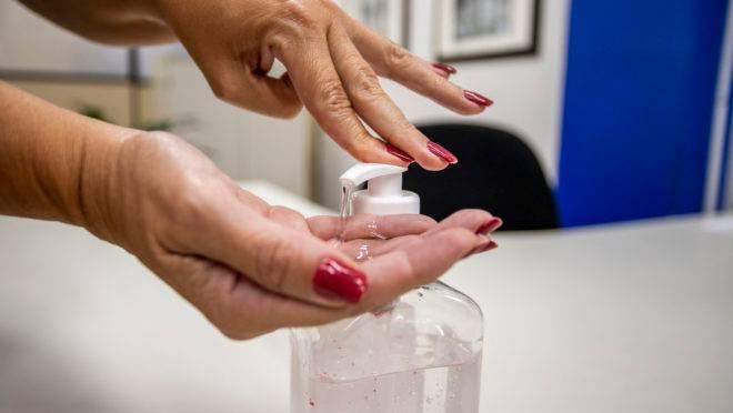 A utilização de álcool gel está entre as principais medidas preventivas para conter o avanço do coronavírus. Curitiba, 13/03/2020 - Foto: Daniel Castellano / SMCS