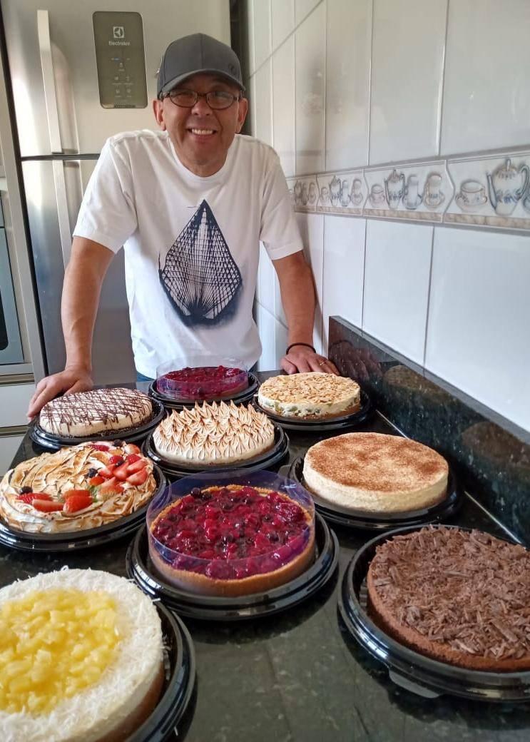 Marcelo Massao Fujiyosshi e suas nove tortas. Sucesso total de vendas.