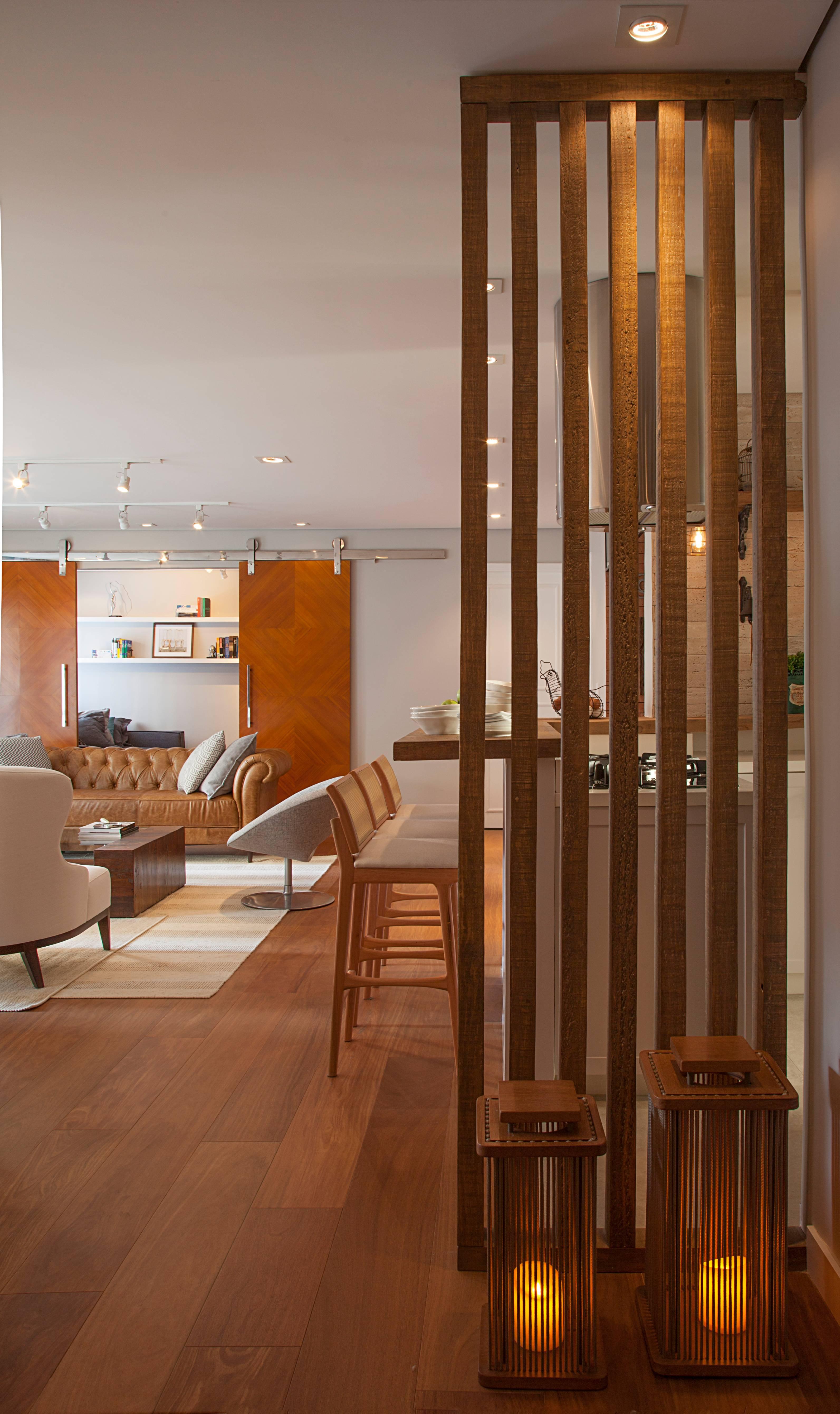 Como no projeto assinado por Bruno Moraes, o assoalho de madeira oferece conforto visual e segurança, mas exige atenção quanto à manutenção