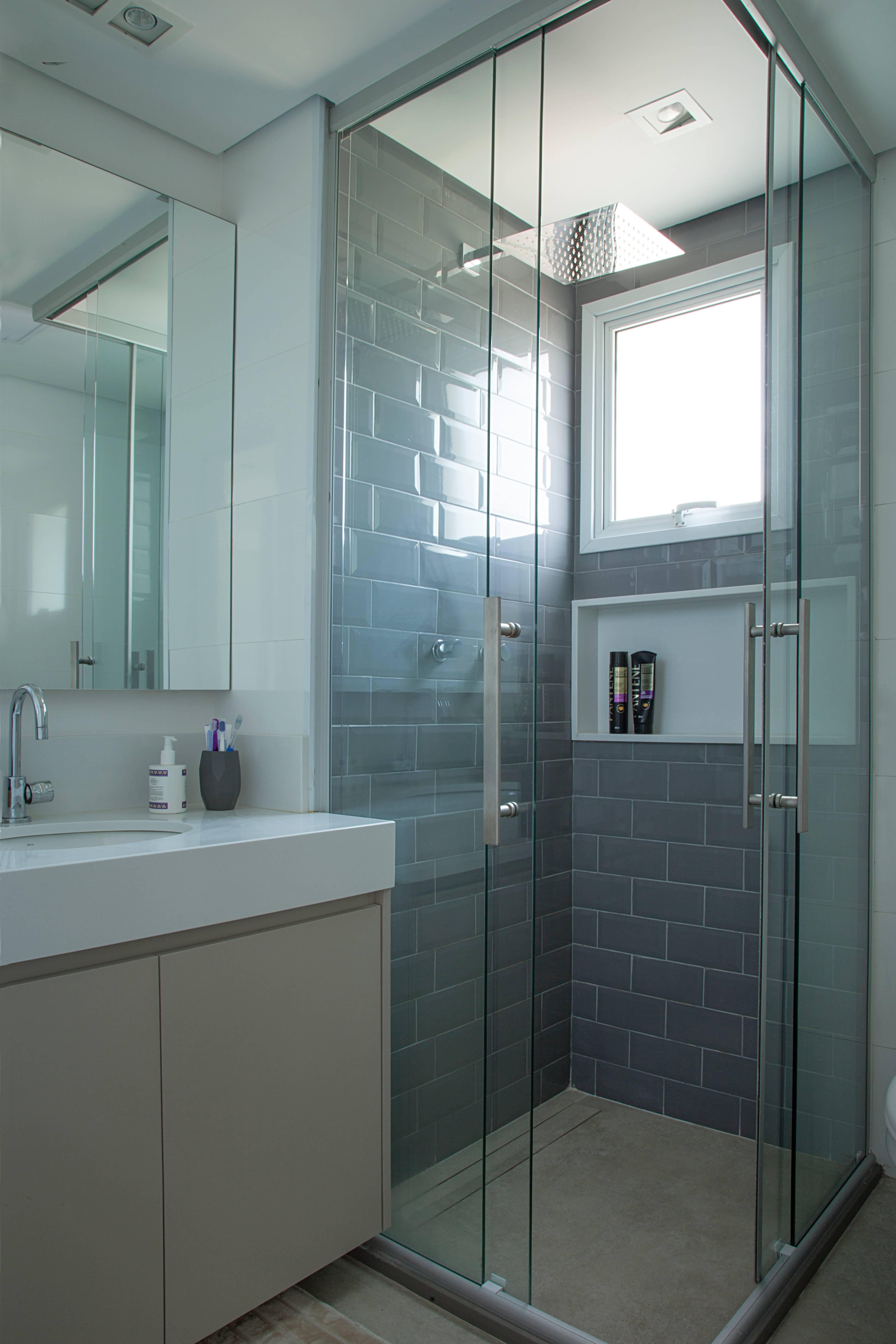 Com porcelanato antiderrapante no piso e revestimento liso na parede, o projeto de Bruno Moraes buscou aliar a segurança à praticidade na hora de higienizar