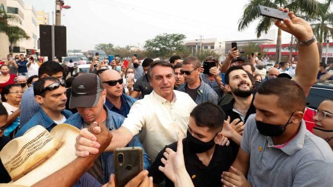 Presidente Jair Bolsonaro é recepcionado por populares em Sinop (MT), onde visitou uma usina de etanol: viagens pelos quatro cantos do país