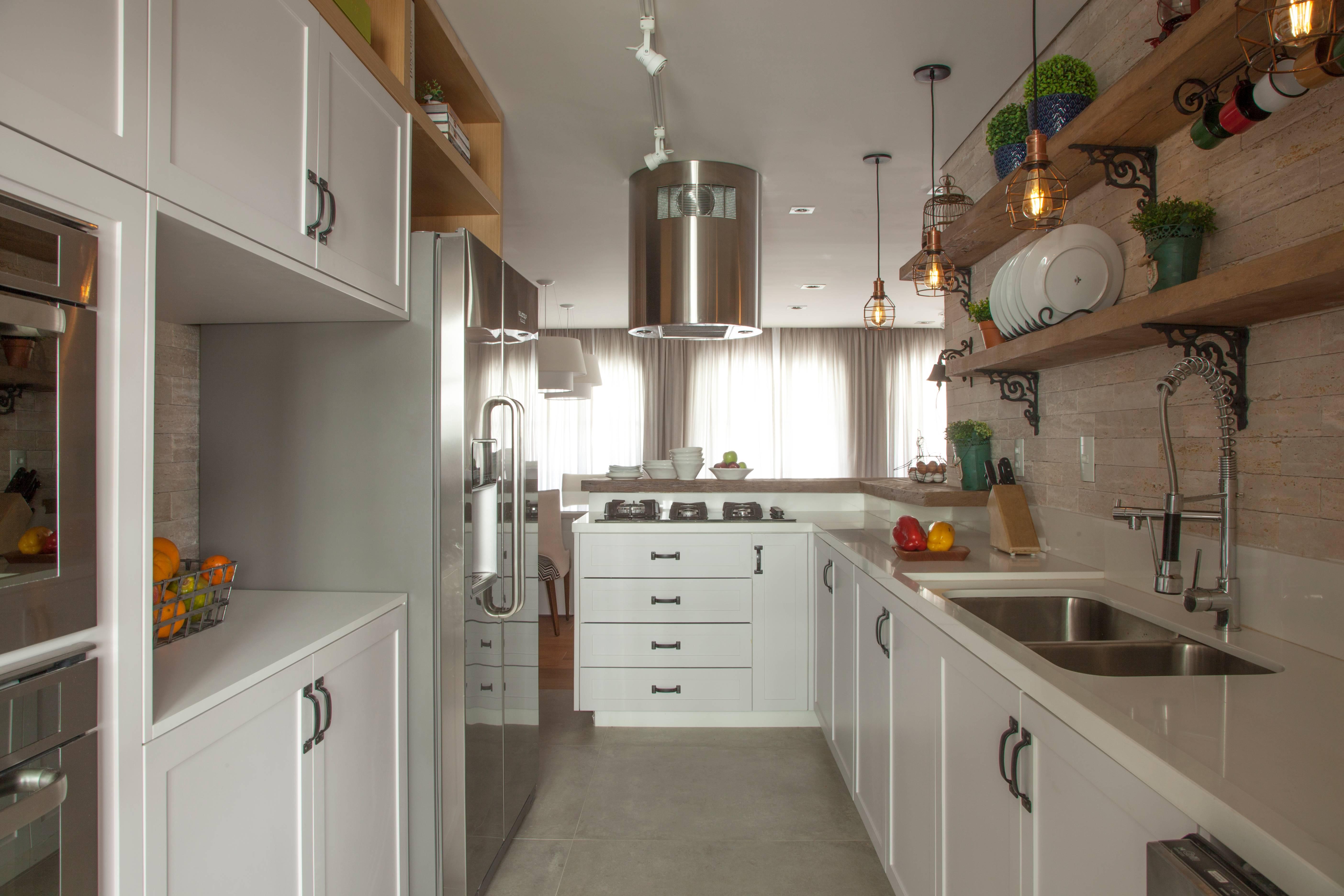 O porcelanato é uma boa opção para que procura higiene e praticidade, como é o caso da cozinha projetada por Bruno Moraes