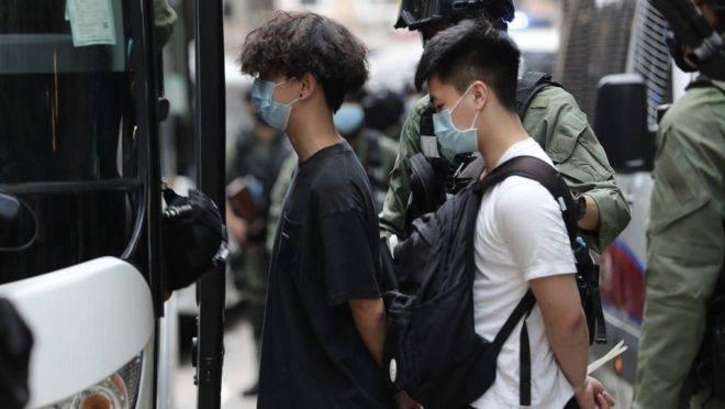 Manifestantes são detidos em Hong Kong no feriado do Dia Nacional da China, em 1° de outubro de 2020.