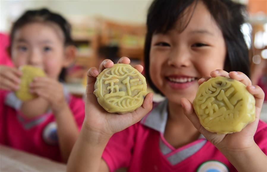 As crianças no jardim da infância preparam bolinhos da lua para presentearem amigos e familiares,  para de forma simbólica, distribuirem amor e os melhores desejos!