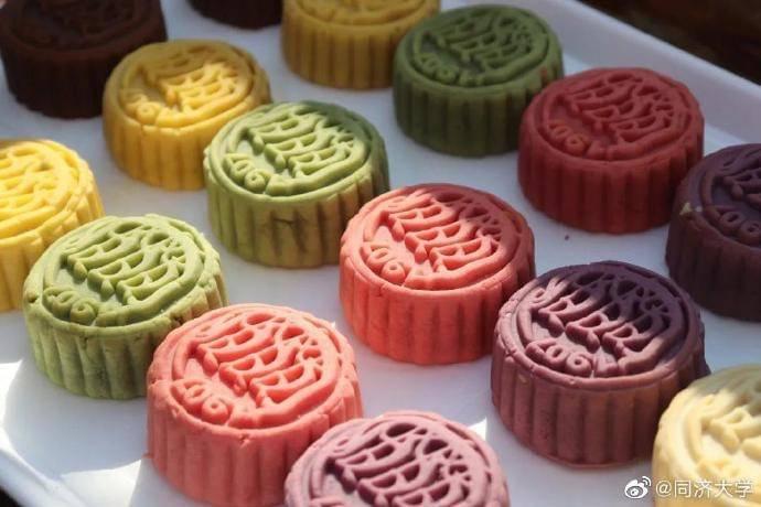 """""""Moon cakes"""" são bolinhos prensados densos com sabor rico, recheado com ingredientes tradicionais e modernos."""